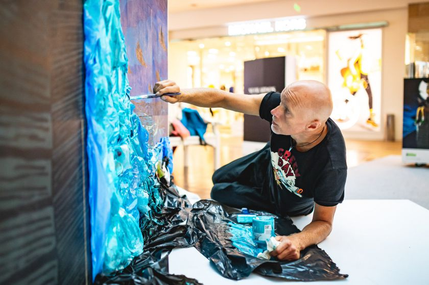 Naujausioje Algio Kriščiūno meninėje instaliacijoje – šiukšlės, Gretos Thunberg citata ir prasminga žinutė