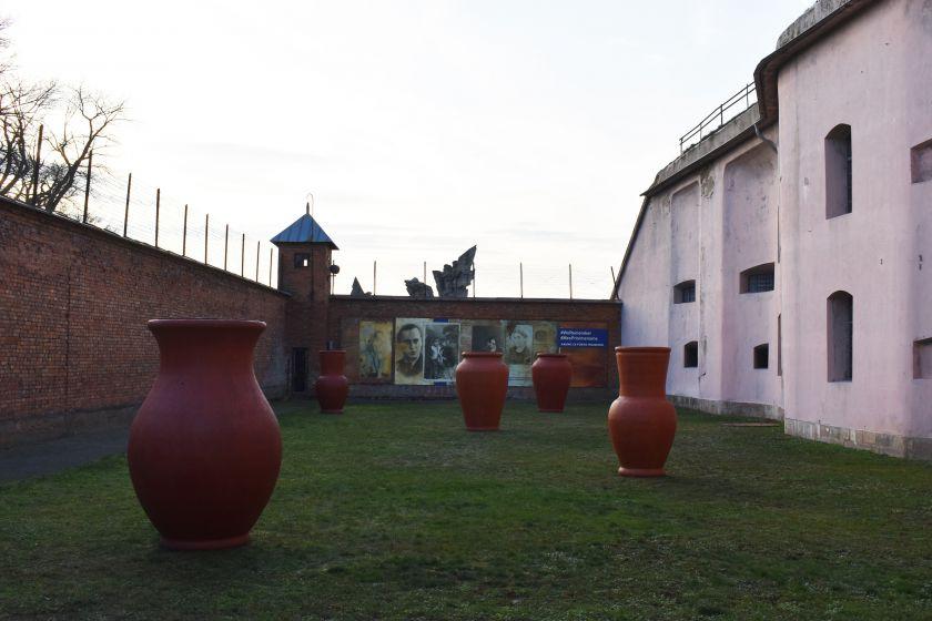 """Instaliacija """"Dingęs bagažas"""" perkelta eksponuoti į Kauno IX forto muziejų"""