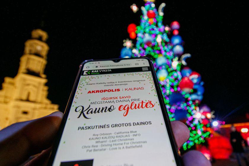 Kaune - vienintelė pasaulyje Kalėdų eglutė su radijo stotimi
