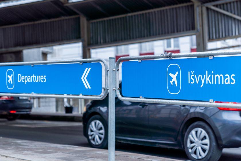 """Gera žinia keliautojams: Vilniaus oro uoste startuoja """"Kiss and Fly"""" sistema"""