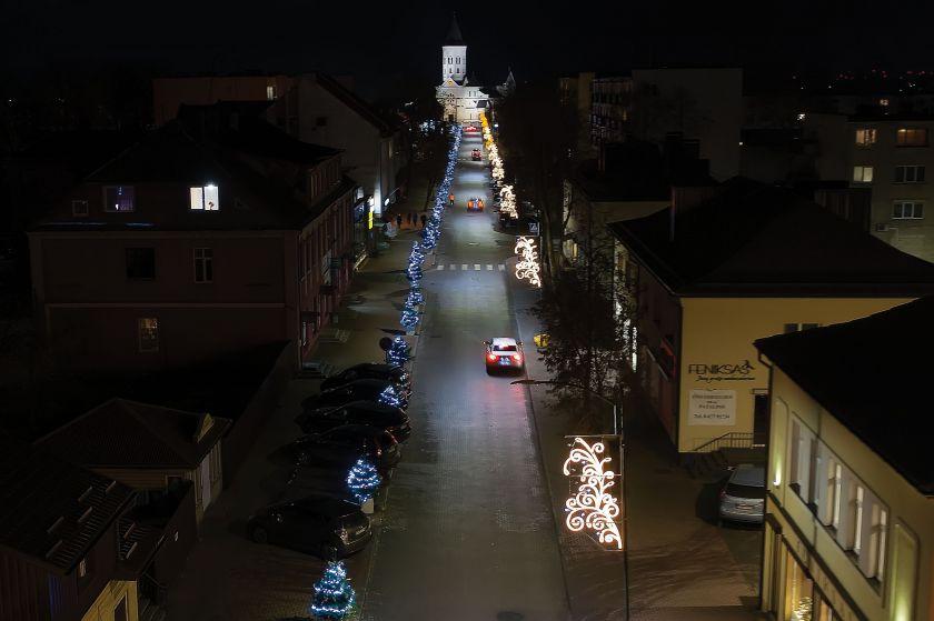 Pirmą kartą Tauragėje įžiebta interaktyvi Kalėdų eglė: stebins šviesomis ir kalėdinėmis dainomis