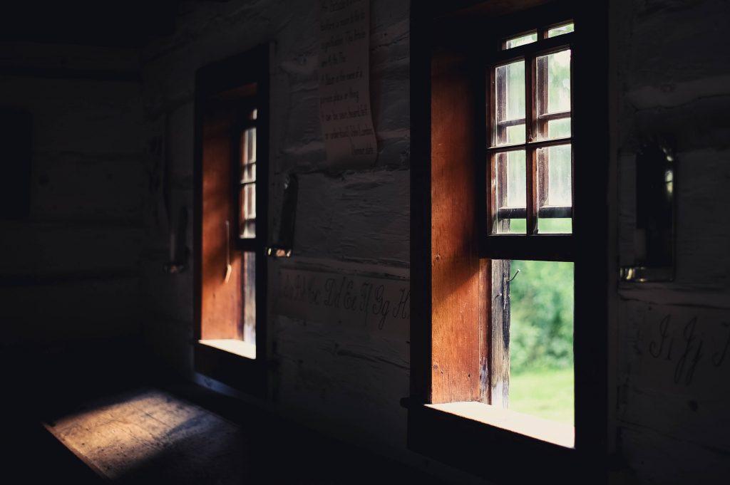 Namų vėdinimas nuo pelėsio atidarius langus