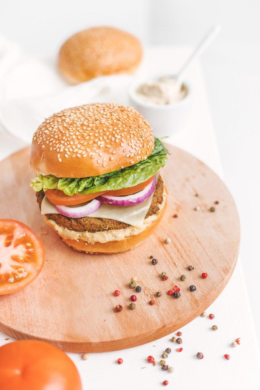 Mėsainių dvikova – vegetariškas ar mėsingas? 4 taisyklės ir 2 receptai