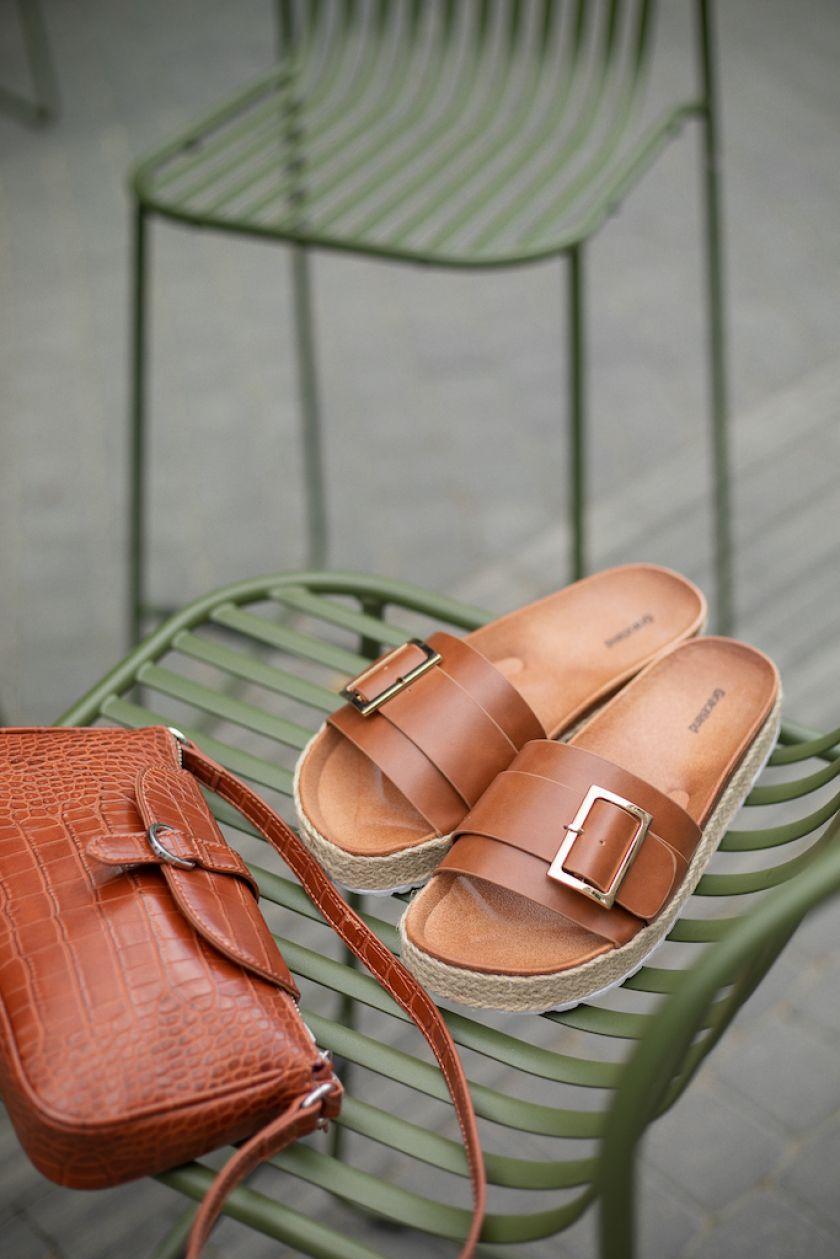 Šlepetės – ne tik namuose: stilistė patarė, kokius modelius rinktis šią vasarą