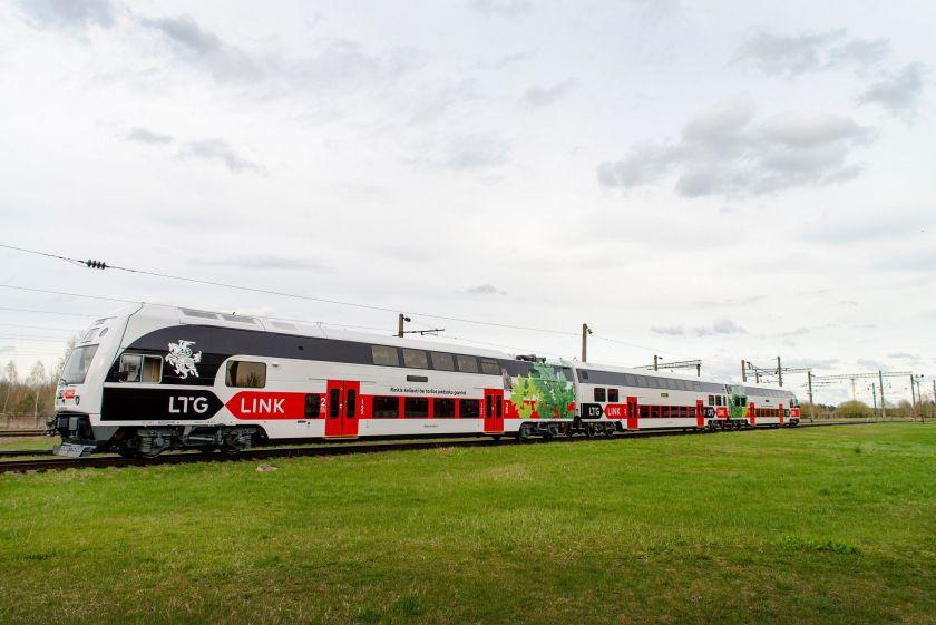 """Elektriniai """"Bolt"""" paspirtukai rieda į kurortines vietas: į Trakus atvykę traukiniu paspirtukus ras šalia stoties"""
