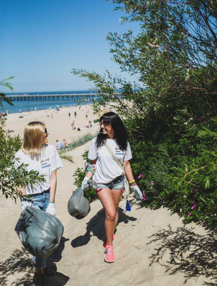 Žinomos moterys skatina šią vasarą švarinti Baltijos pajūrį: tarp kopose rastų šiukšlių – medicininės kaukės ir puodo dangtis